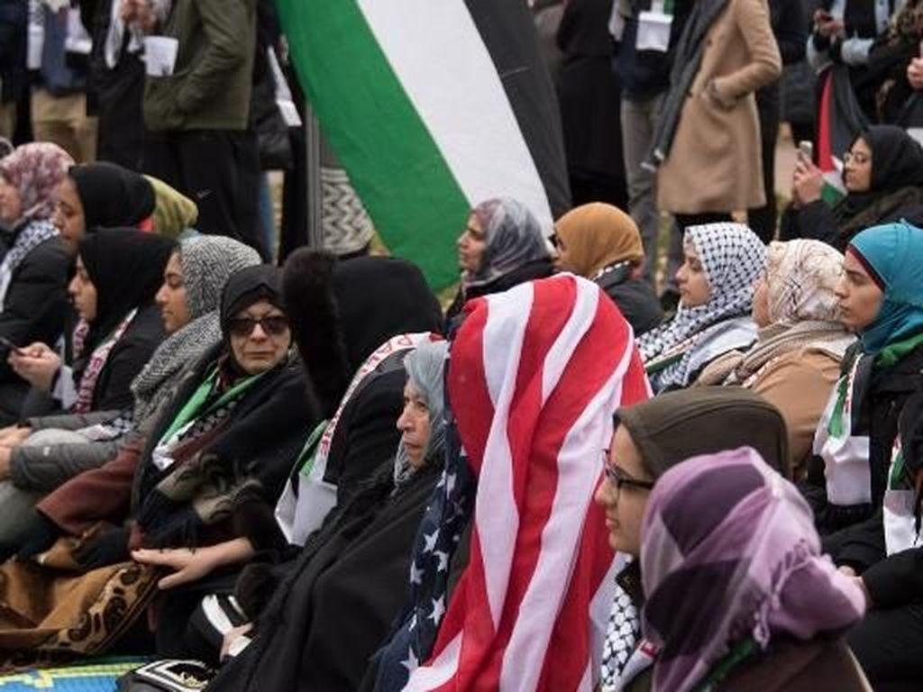 Foto: Momen Saat Warga Muslim AS Salat Jumat di Depan Gedung Putih