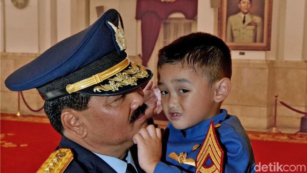 Momen Sayang Cucu Panglima TNI Hadi Tjahjanto di Istana Negara
