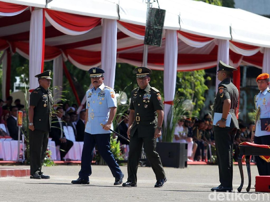 Video: Jenderal Gatot Serahkan Tongkat Komando ke Marsekal Hadi