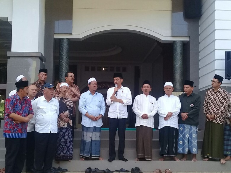 Lewat Puisi, Santri Tremas Pacitan Sebut Jokowi 'Khalifah Kami'