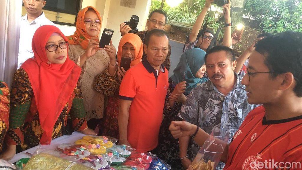 Sandi Cek Aduan Warga di Kecamatan, Berkaus Persija dan Sandal Jepit