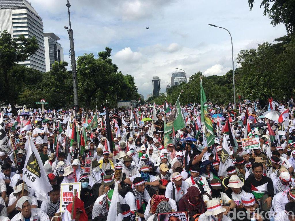 Bendera RI, Palestina, dan PKS saat Aksi di Depan Kedubes AS