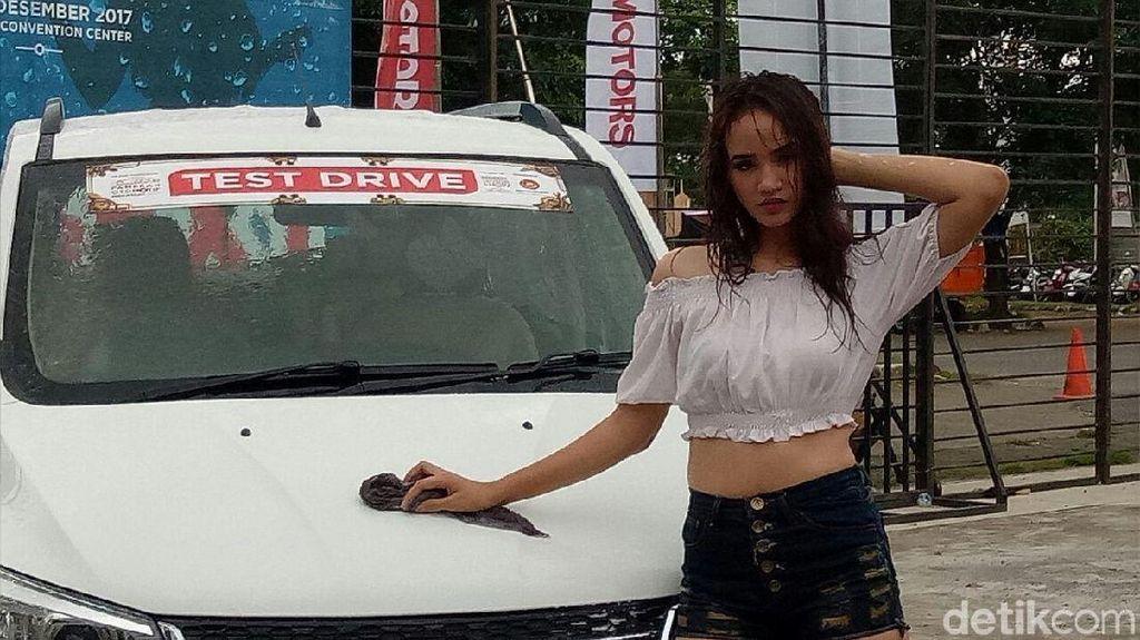 Cewek Seksi Cuci Mobil dan Pameran Otomotif Makassar