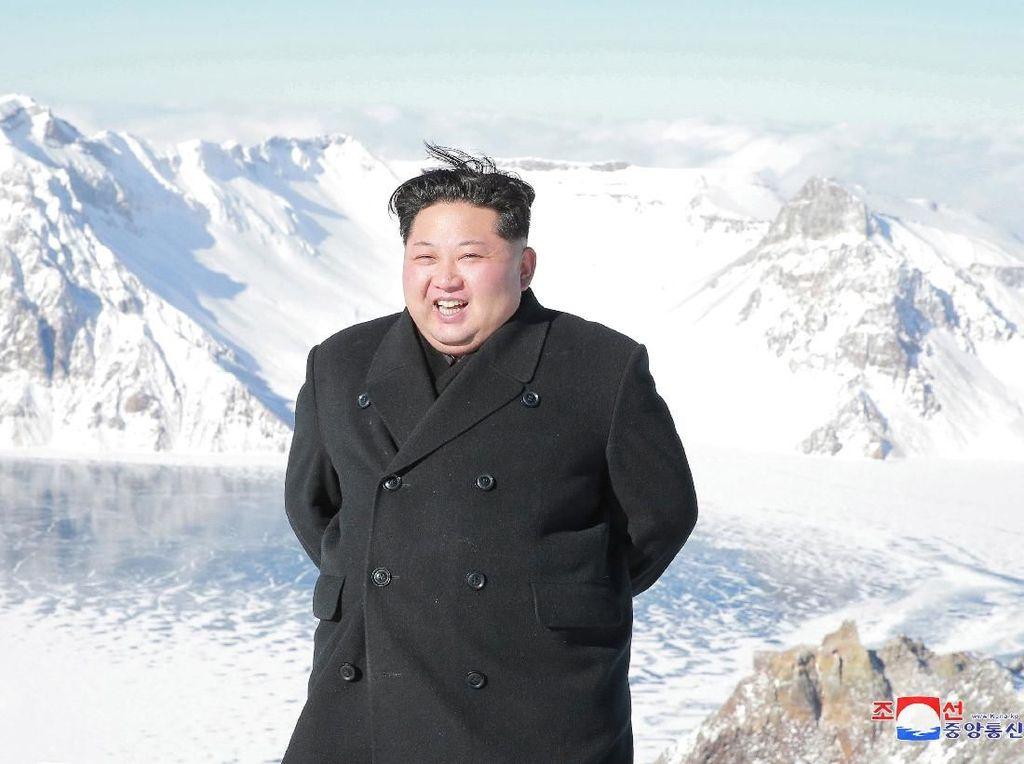 Gaya Necis dan Formal Kim Jong-Un Saat Mendaki Gunung