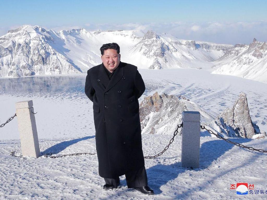 Terjang Salju Tebal, Kim Jong-Un Daki Gunung Perbatasan Korut-China