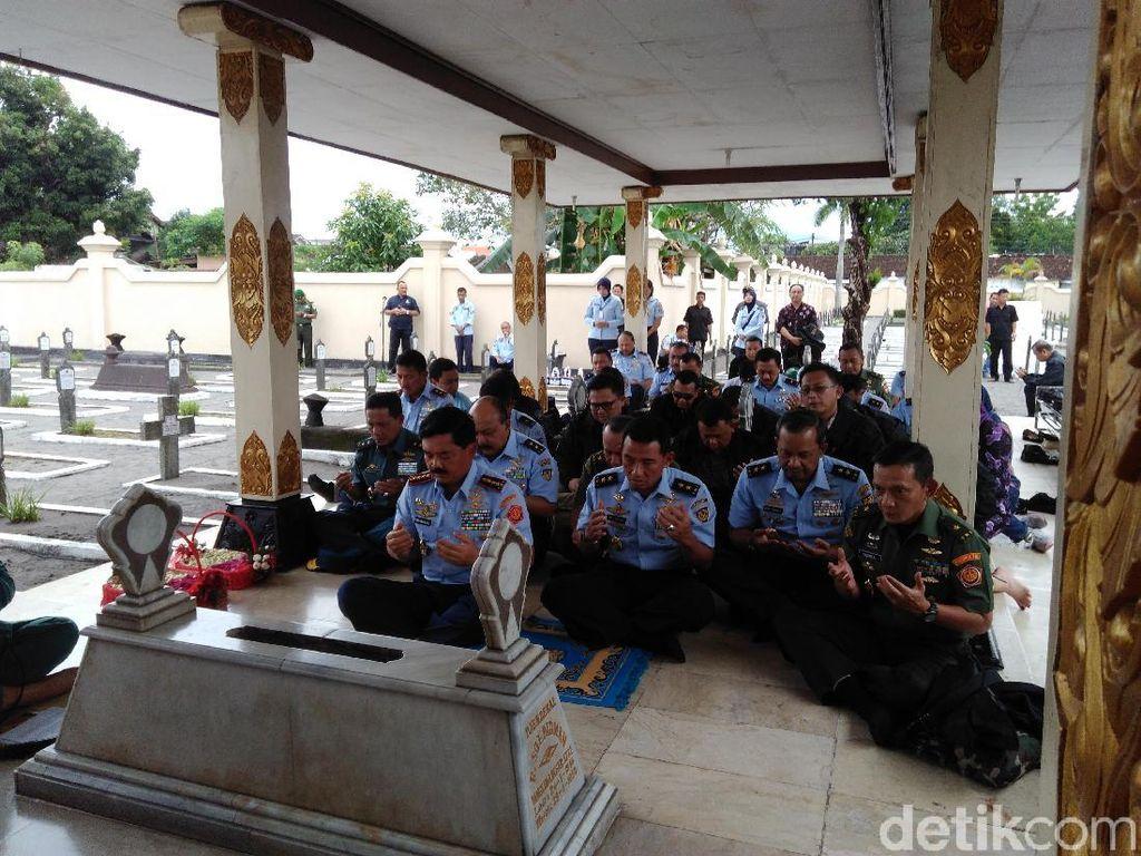 Foto: Saat Panglima TNI Hadi Nyekar di Makam Jenderal Soedirman