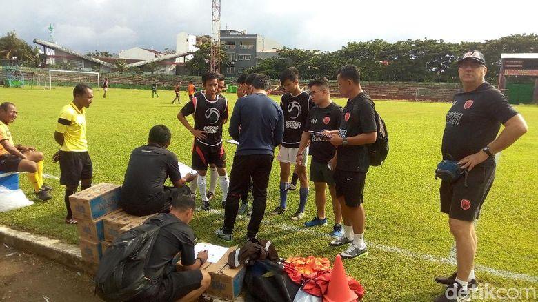 Robert Rene Albert Kritik Klub Lain yang Buru Pemain di Makassar
