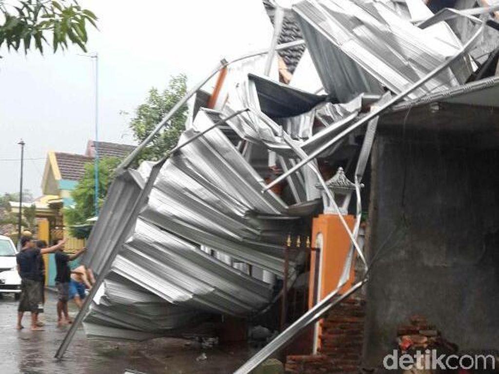 Hujan Deras dan Angin Kencang Rusak Rumah Warga Porong
