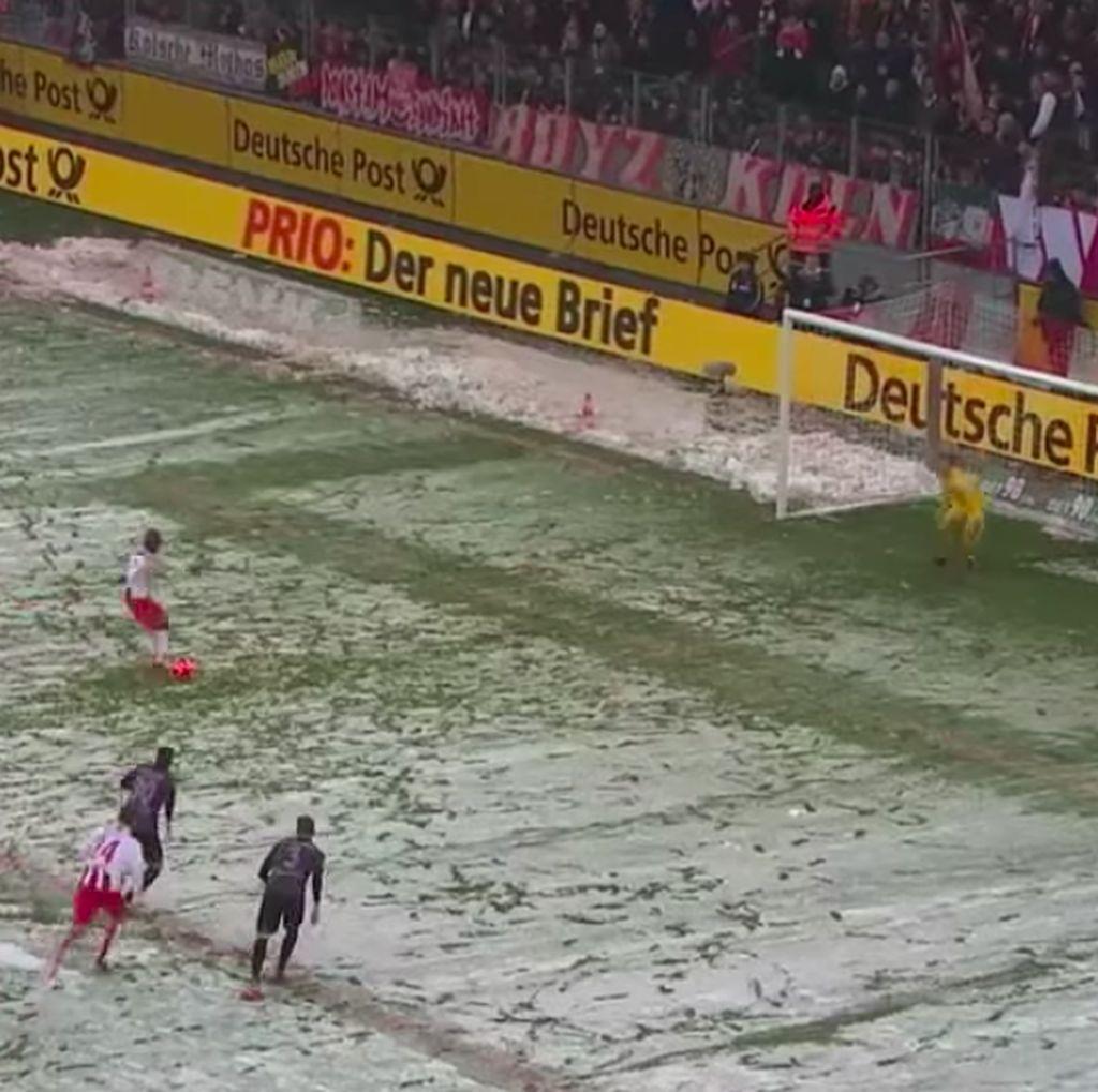 Sulit Temukan Titik Penalti akibat Salju, Ini yang Dilakukan Wasit