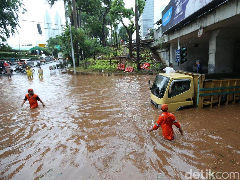 Aksi Anies Tangani Banjir: Nyemplung Sampai Minta SKPD Bergerak