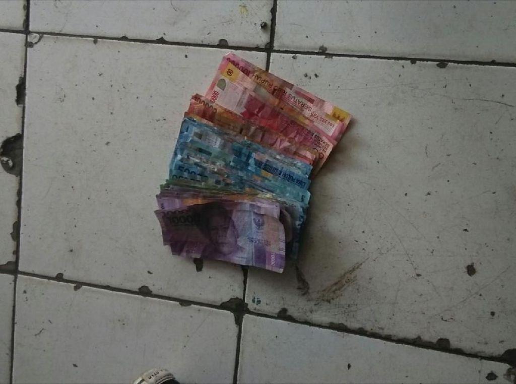 Cerita Sopir Ojek dan Warga Saat Lihat Uang Berhamburan di Jalan