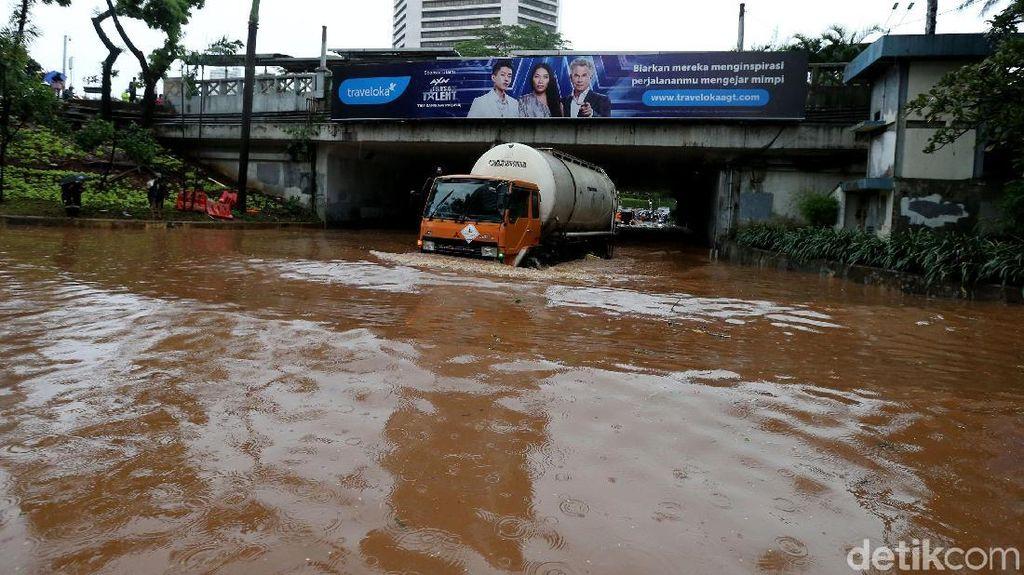 Foto: Underpass Dukuh Atas Banjir, Lalu Lintas Putus