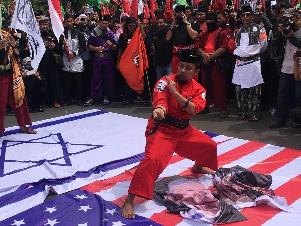 Demo Kedubes AS, Jawara Aksi Pencak Silat hingga Bakar Foto Trump