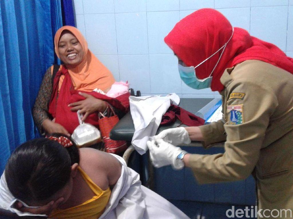 Warga Cilincing Bawa Anak Vaksin Difteri ke Puskesmas