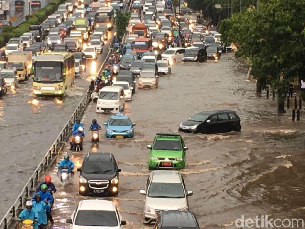 Banjir di Jl Gatot Subroto Arah Cawang, Lalin Macet