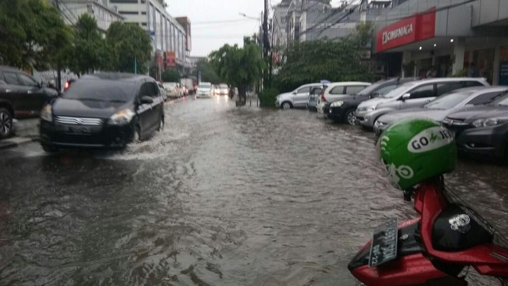 Disedot Petugas, Banjir di Jalan Kemang Raya Surut