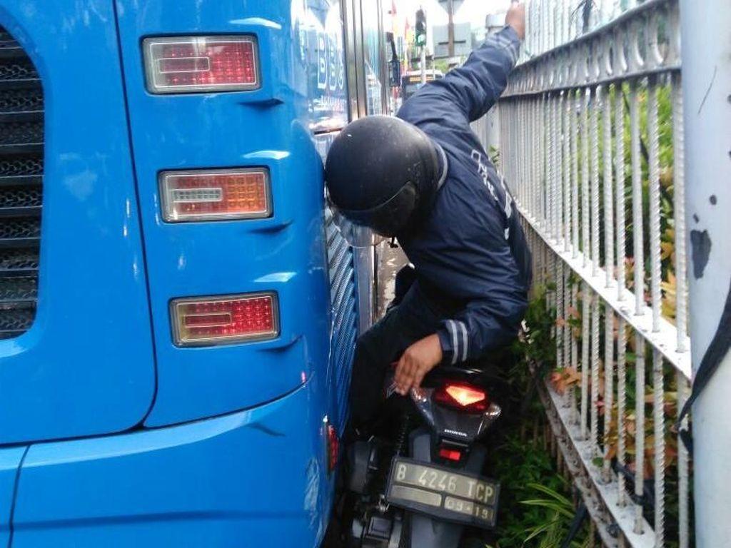 Kok Masih Ada Saja Penerobos Jalur Busway Sampai Terjepit Bus?