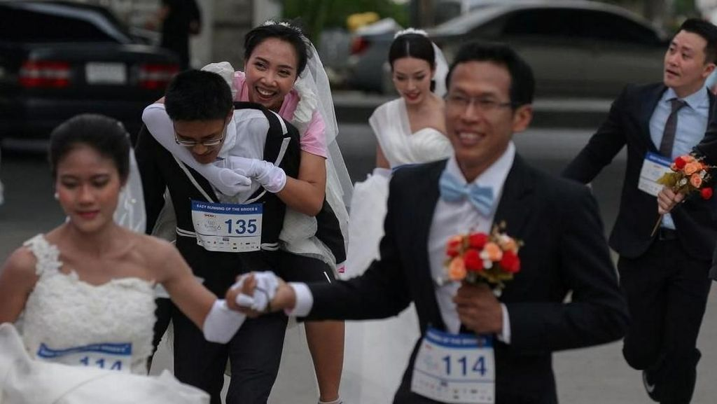 Foto: Lomba Lari Unik di Thailand, Pakai Jas & Gaun Pengantin