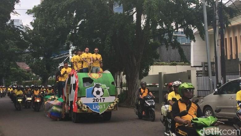 Rayakan Juara Liga 1, Bhayangkara FC Diarak di Jakarta