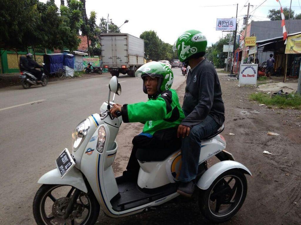 Melihat Semangat Dede, Difabel yang Jadi Driver Ojek Online