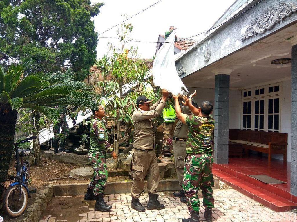 Petugas Gabungan Perbaiki Rumah Warga Porong Diterjang Puting Beliung