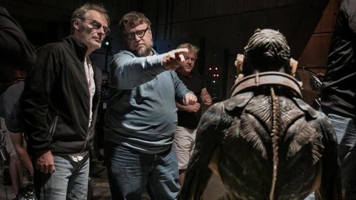 Foto: Guillermo del Toro (biru) saat di set The SHape of Water (imdb)