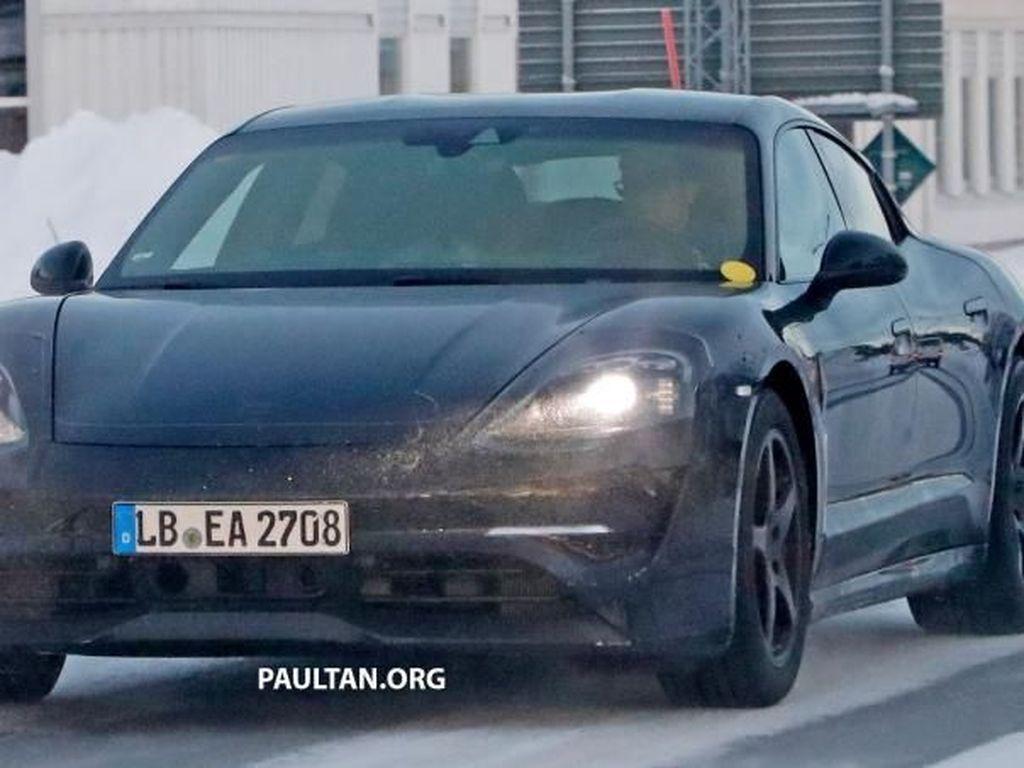 Mobil Listrik Porsche Terlihat Tes di Salju