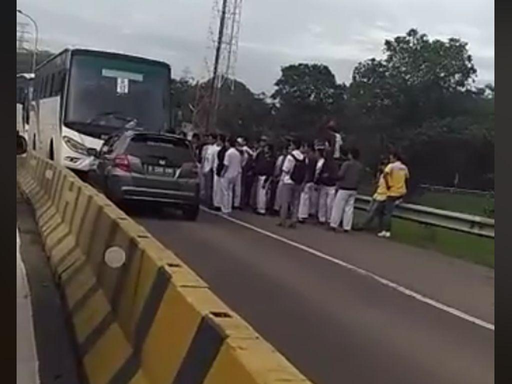 Mobil Lawan Arus Menantang Bus di Karawang Terulang, Bikin Geram!