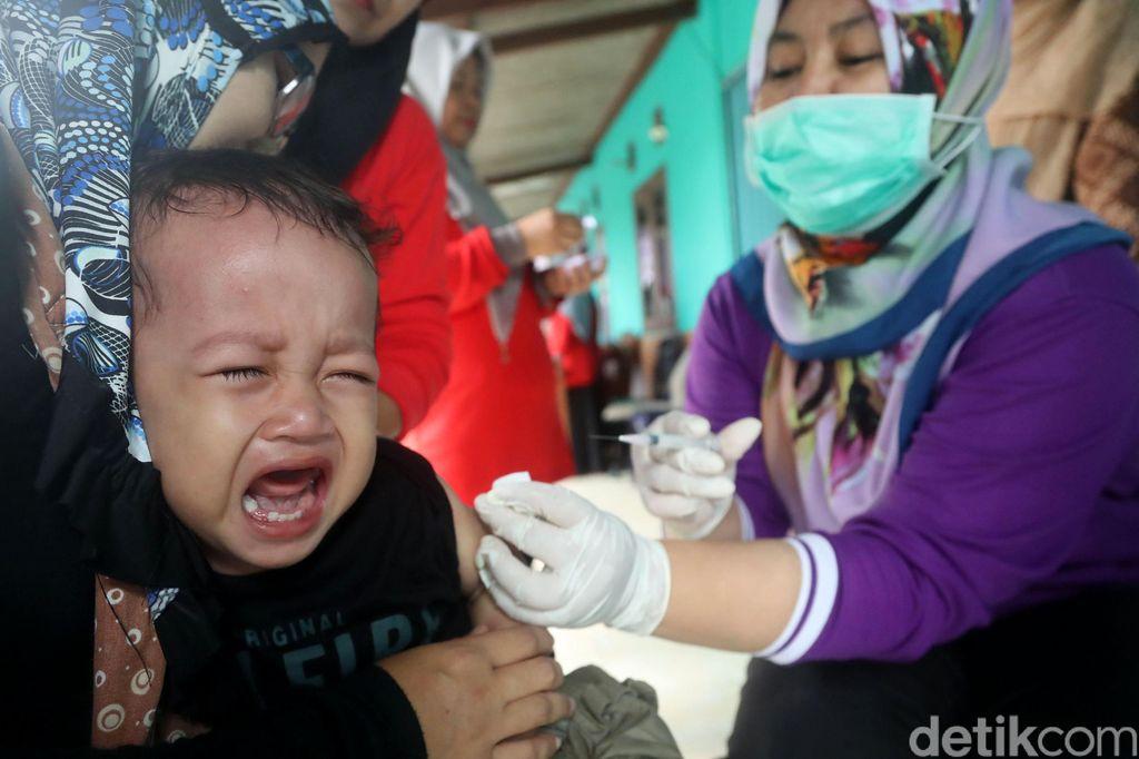 Sejumlah anak-anak ditemani orang tua melakukan vaksin Difteri di kawasan Depok. Saat dilakukannya vaksinasi difteri, berbagai macam ekspresi anak-anak terlihat.
