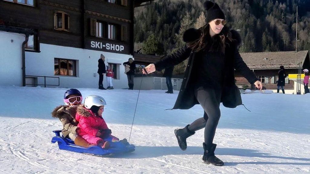 Foto: Travelingnya Keluarga Sosialita yang Beli Gunung di Swiss