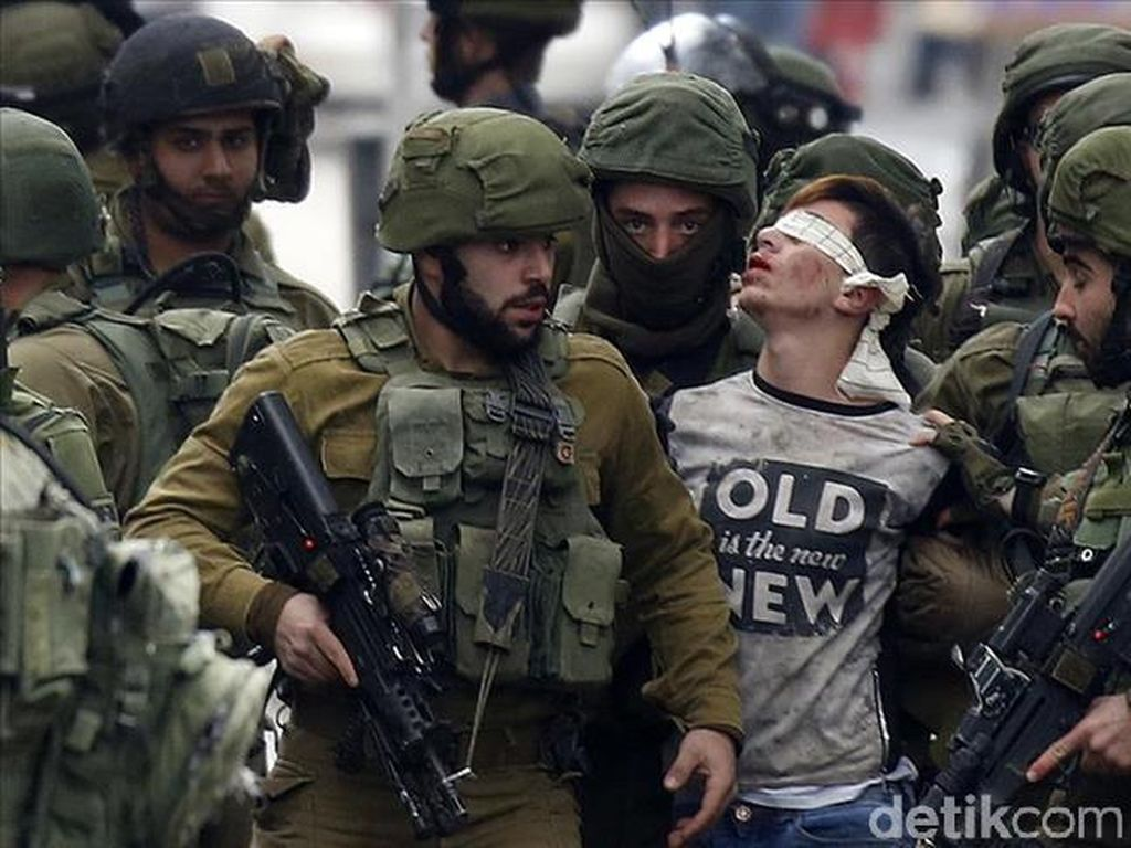 Viral Foto Remaja Palestina yang Ditangkap Puluhan Tentara Israel