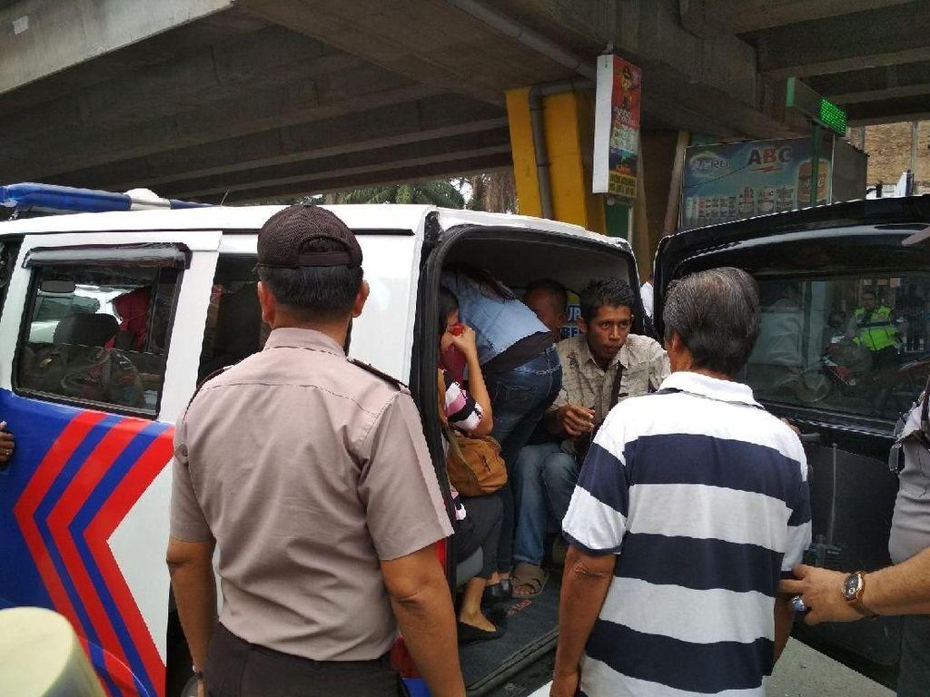 Ribuan Angkot Mogok di Medan, Mobil Polisi Angkut Warga
