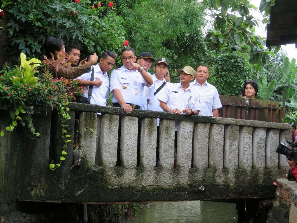 Foto: Anies Nyemplung ke Genangan Air Cek Tanggul Kali Pulo