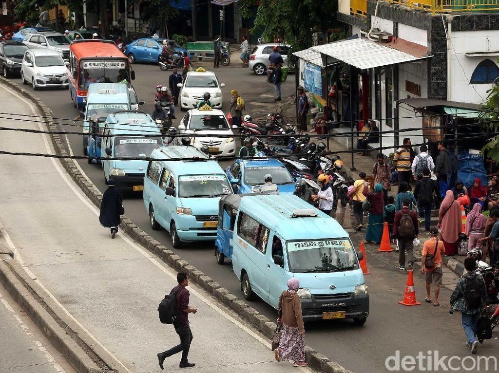 Duh, Depan Stasiun Jatinegara Kembali Semrawut dan Macet