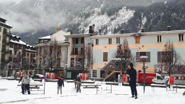 Turis yang bermain salju di Chamonix (Afif Farhan/detikTravel)