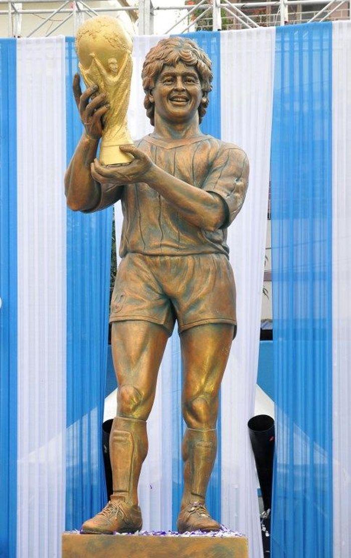 Patung di Kalkuta, India ini sejatinya mengabadikan sosok Maradona muda mengangkat trofi Piala Dunia 1986. Sialnya, ada yang menilai patung itu malah lebih mirip mantan pebasket Larry Bird, sosok di lakon The Hobbit, atau bintang film tahun 1980-an. (Foto: AFP PHOTO / STR)