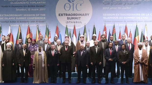 Leaders and representatives of member states pose for a group photo during an Extraordinary Summit of the Organisation of Islamic Cooperation (OIC) on last week's US recognition of Jerusalem as Israel's capital, on December 13, 2017 in Istanbul.  / AFP PHOTO / YASIN AKGUL