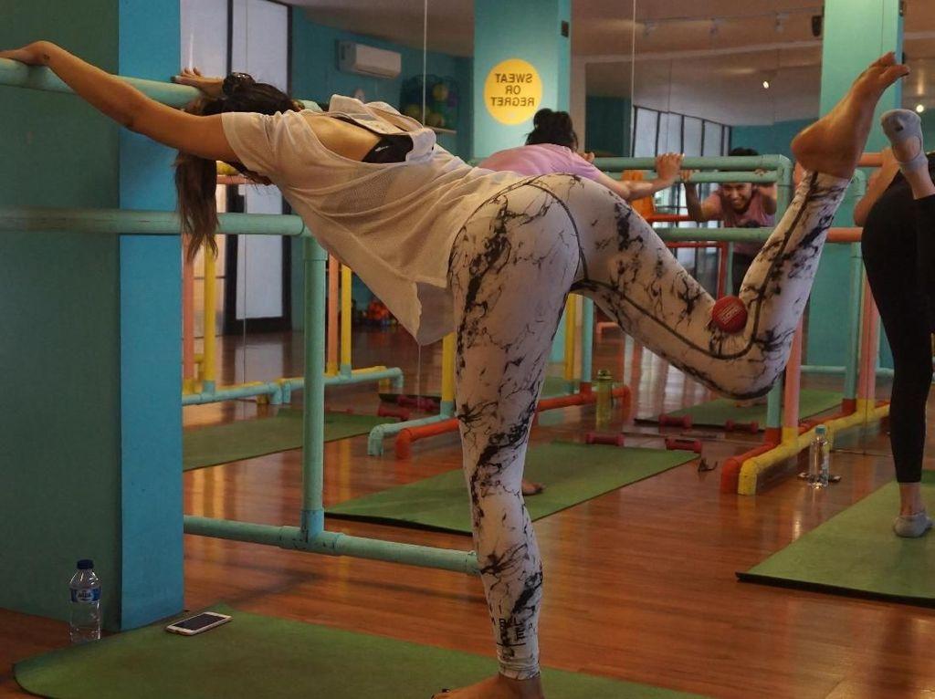 Foto: Asyiknya Ikut Barre Conditioning, Olahraga Seksi untuk Wanita Urban
