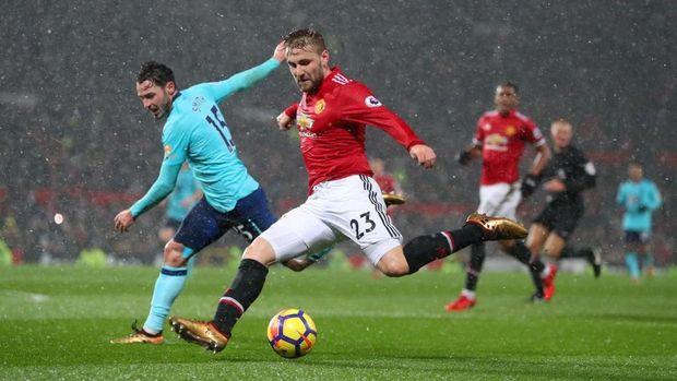 Rangkulan Mourinho untuk Shaw
