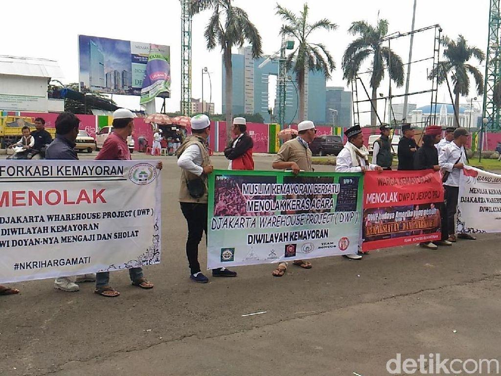 Bawa Spanduk Tolak DWP, Massa Demo di JIExpo