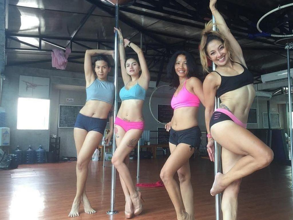 Foto: Artis Cantik Indonesia yang Mencoba Olahraga Pole Dance