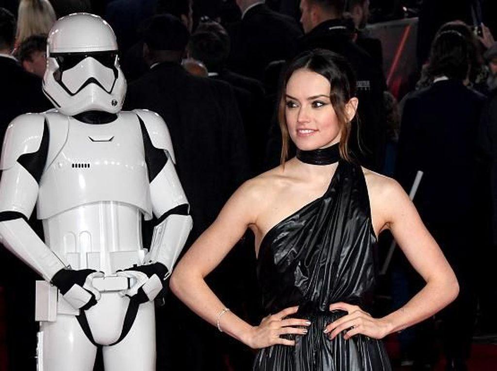 Daisy Ridley Tampil Pakai Gaun Mirip Kantung Sampah di Premier Star Wars