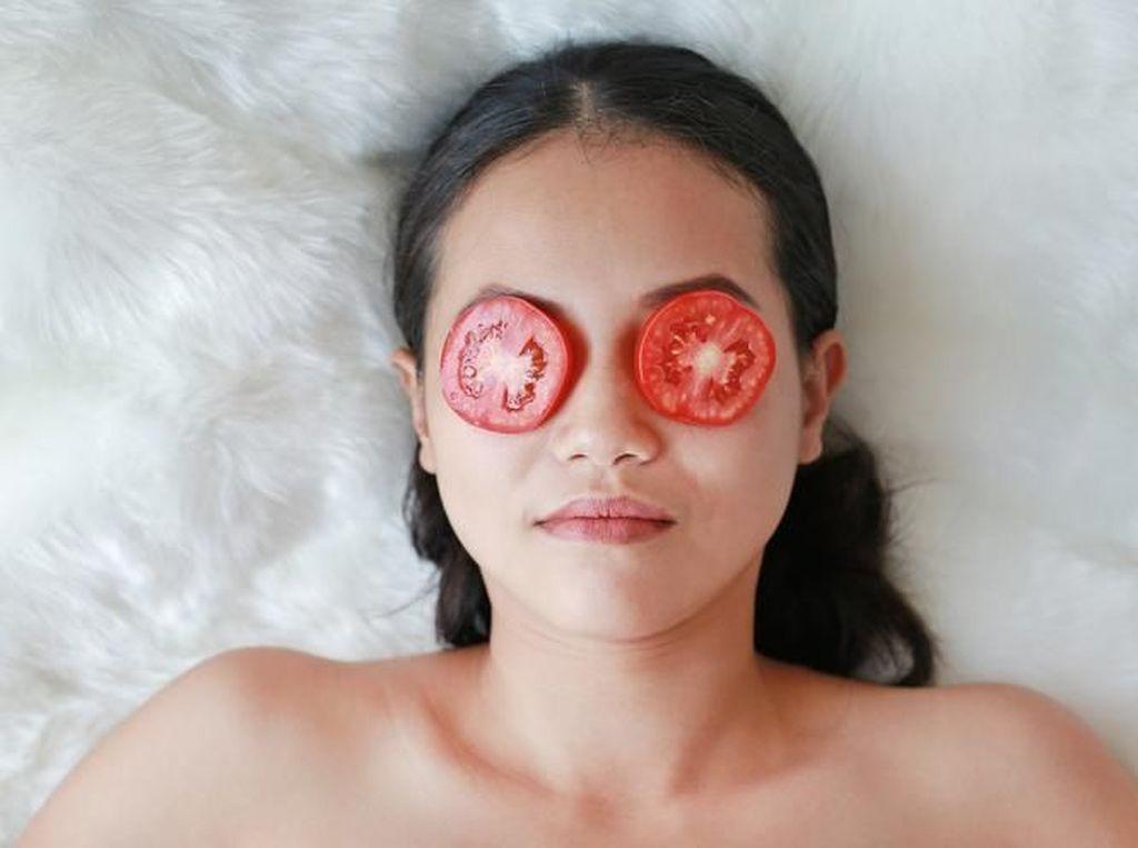 Nggak Cuma Segar Dibuat Jus, Ini 5 Manfaat Tomat untuk Kecantikan Kulit