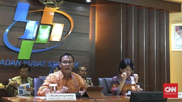 Kepala Badan Pusat Statistik (BPS) Suhariyanto Saat Menyampaikan Data Ekspor-Impor di Gedung BPS, Jumat (15/12).