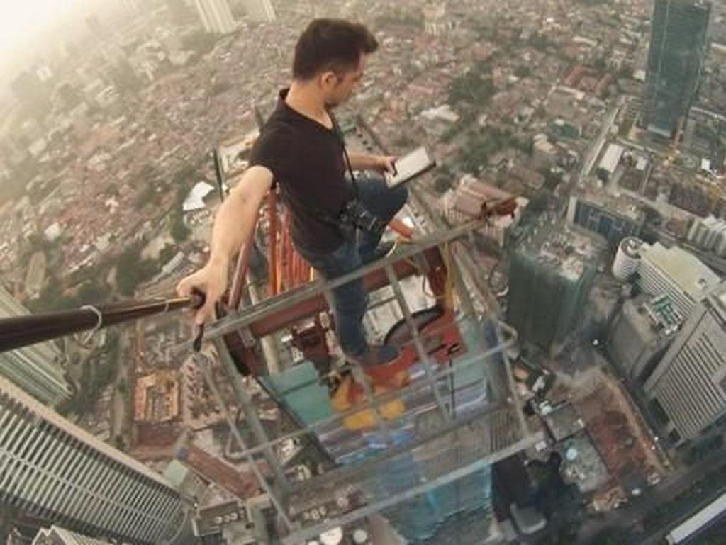 Aksi Menantang Maut Rooftopper Lokal di Gedung Tertinggi Jakarta