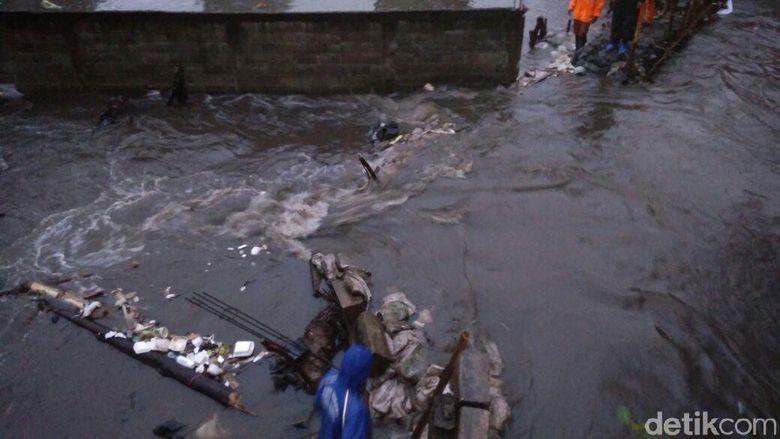 Tanggul Kali Pulo Jebol Lagi, Warga Jati Padang Kebanjiran Lagi