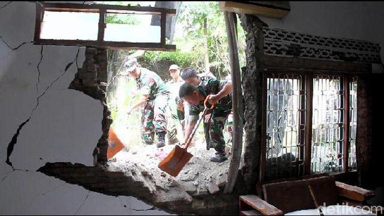 Gempa, Seorang Warga Luka Tertimpa Reruntuhan Rumah di Brebes