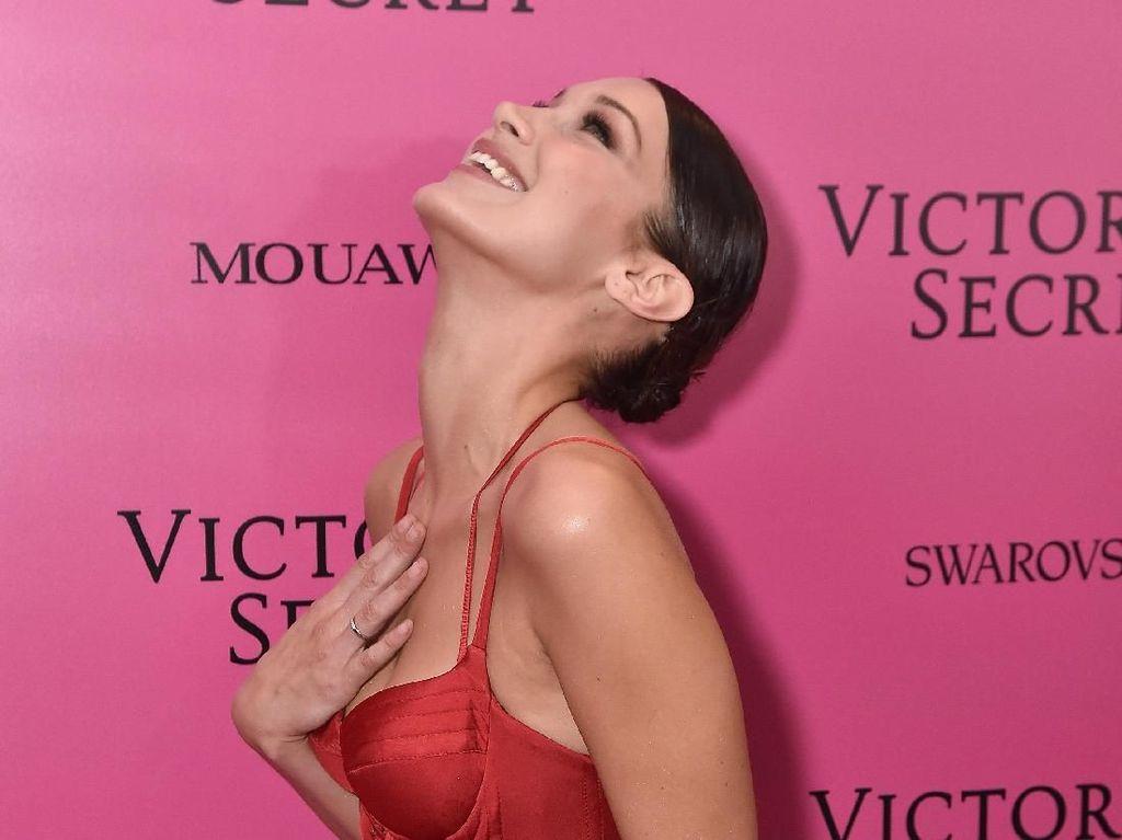 Berpose Seksi, Bella Hadid Pastikan Jadi Model Show Victorias Secret 2018