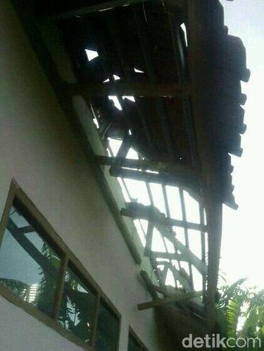 Atap salah satu SD bolong sebab berjatuhan ketika gempa terjadi