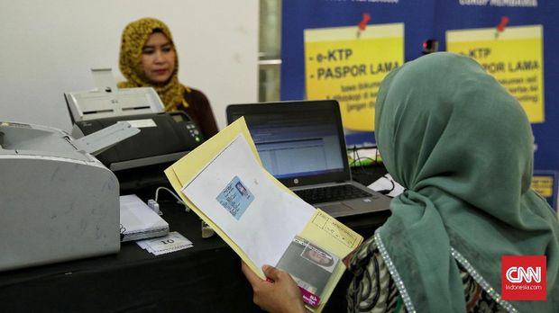 """Petugas Imigrasi sedang melayani warga untuk penggantian pasport di Mall Gandari City, Jakarta Selatan 16 Desember 2017. Layanan Paspor Simpatik Kantor Imigrasi Kelas I Khusus Jakarta Selatan """"Goes to Mall"""" berlangsung dua hari tanggal 16 dan 17 Desember 2017. (CNN Indonesia/Hesti Rika)"""